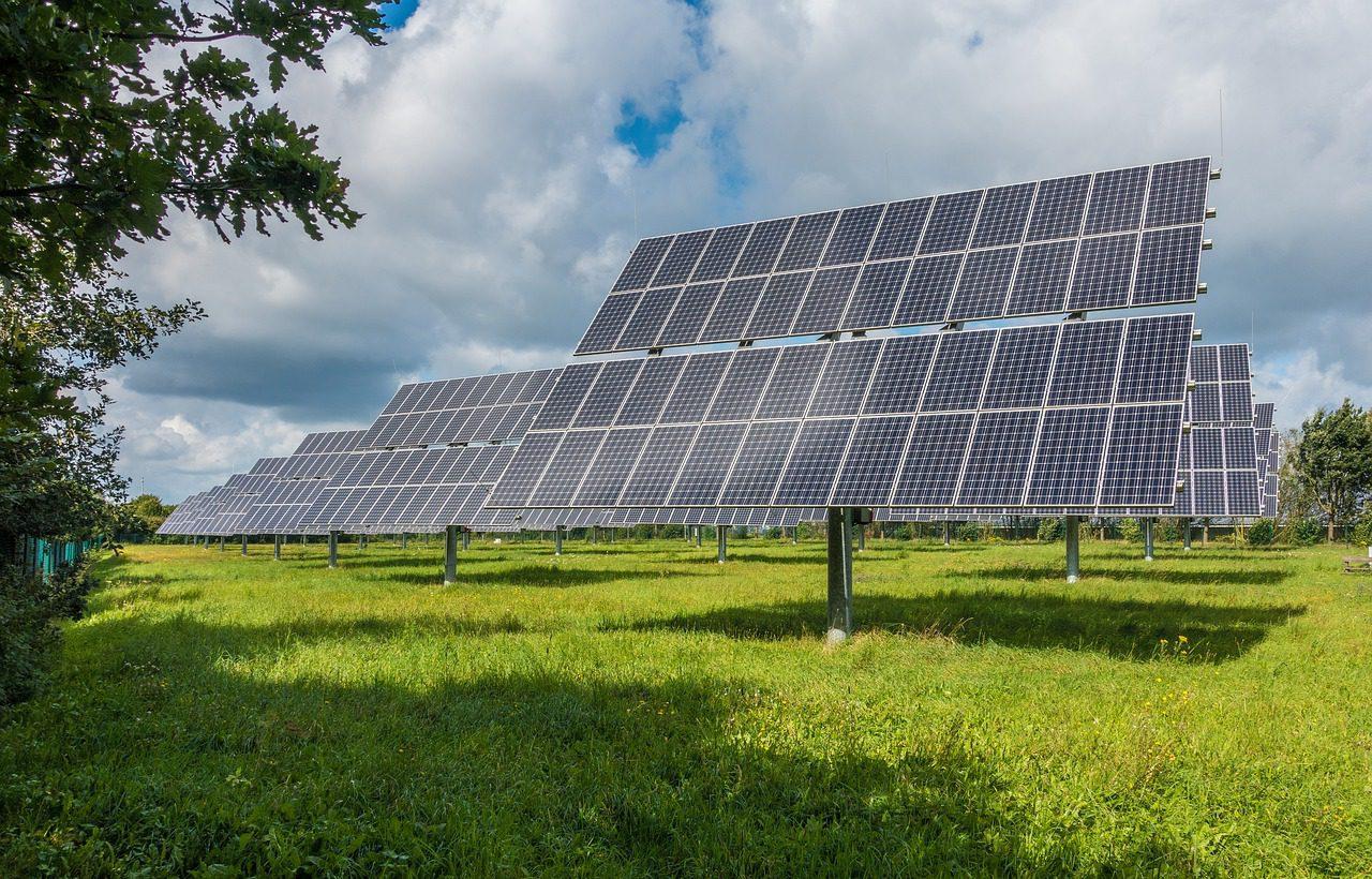 Photovoltaik-Anlage auf einer grünen Wiese (Symbolbild)